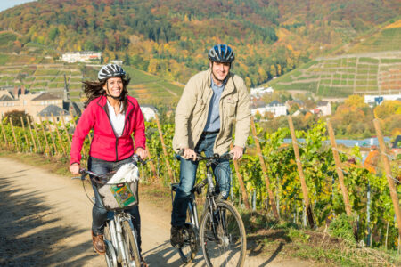 Pärchen fährt mit Fahrrädern durch die Weinberge im Ahrtal