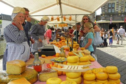 Ein Verkaufsstand auf dem Käsemarkt in Alkmaar