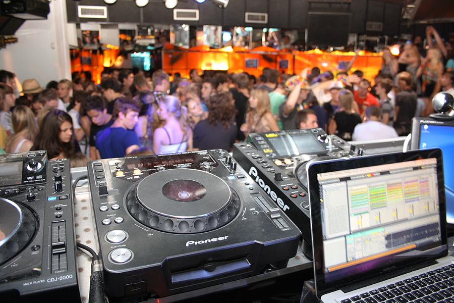 DJ-Pult in einer vollen Discothek in Amsterdam