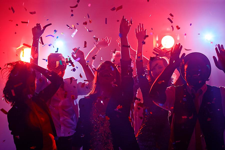 Leute feiern in einer Disco in Amsterdam