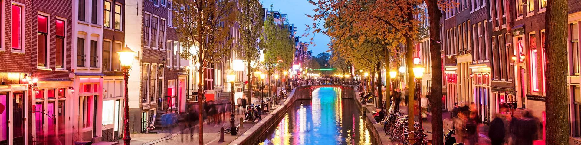 Amsterdam Rotlichtviertel bei Dämmerung