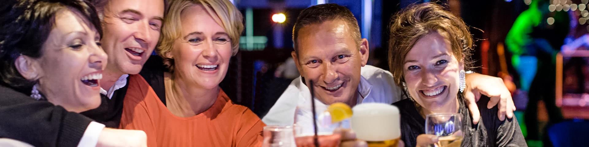 Gruppe sitz in einer Bar in Amsterdam und trinkt Bier und Wein