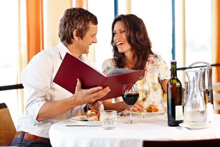 Ein Pärchen sitzt an einem gedeckten Tisch im Restaurant der A-Rosa