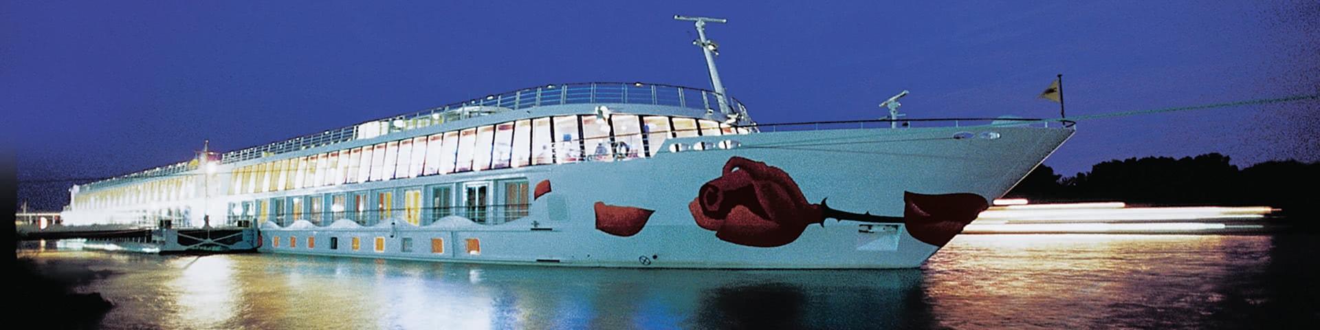 Flusskreuzfahrtschiff A-Rosa bei Dämmerung