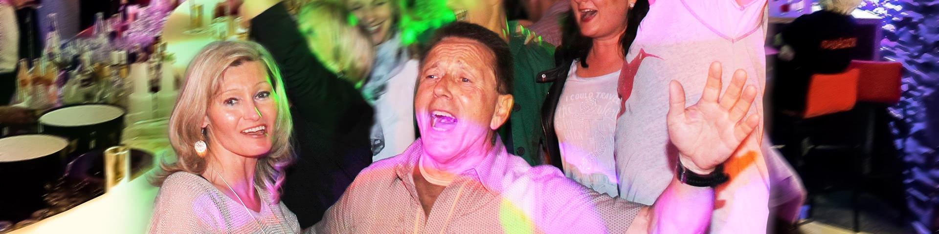 Tanzende Menschen machen Party in Attendorn