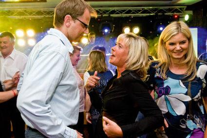 Tanzende Menschen feiern im Holsteiner Auenland