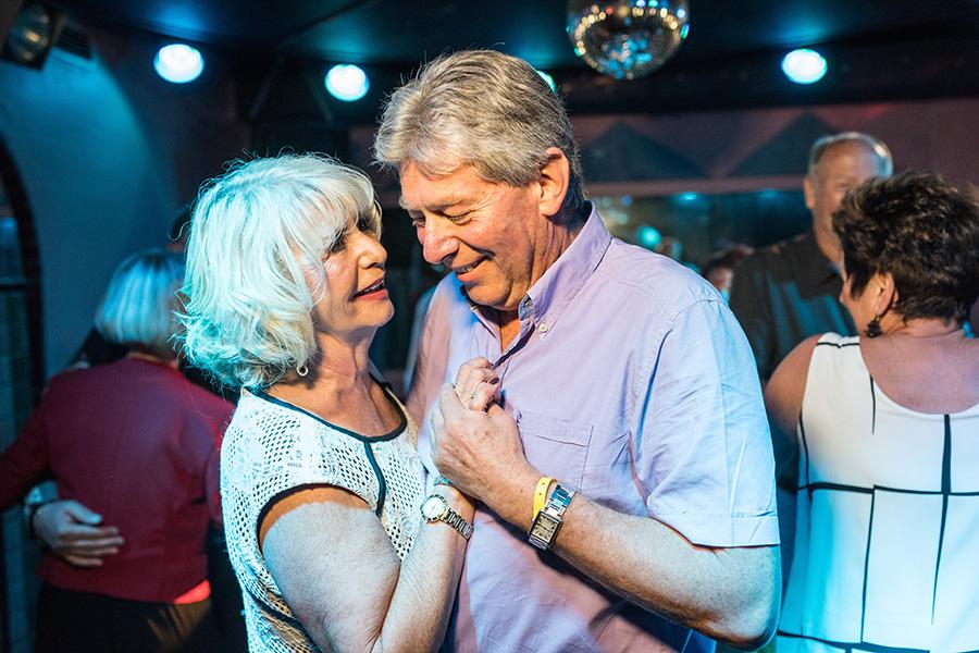 Pärchen tanzt gemeinsam in einer Disco in Bad Breisig