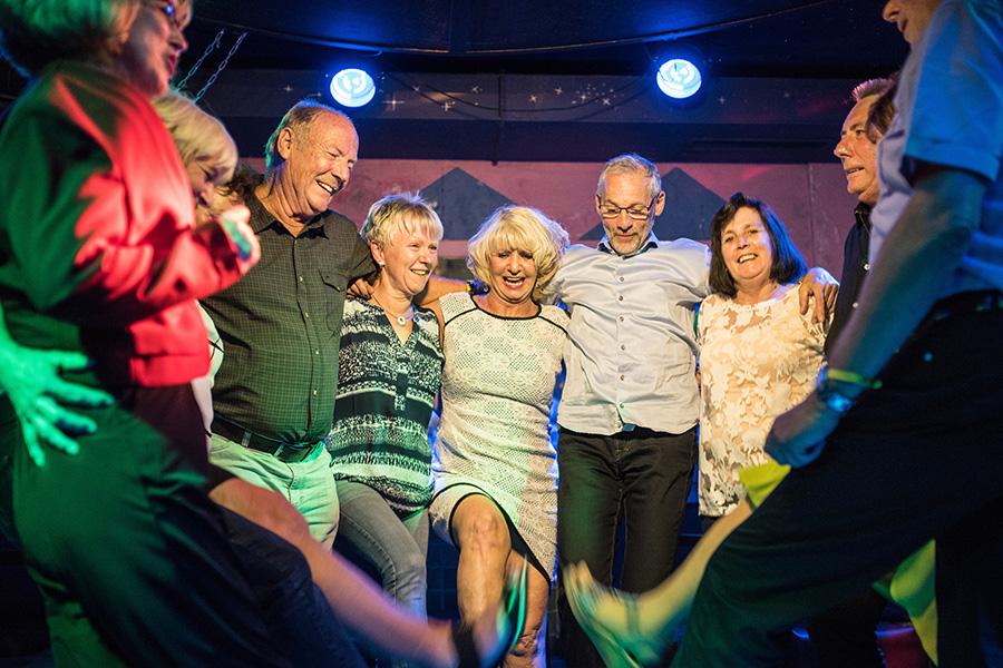 Gruppe steht in einem Kreis und tanzt zusammen in Bad Breisig