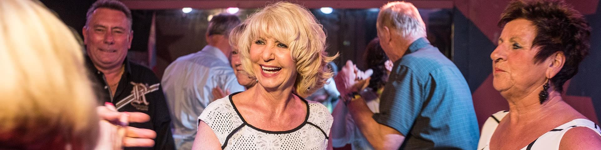 Personen tanzen ausgelassen in einer Disco in Bad Breisig