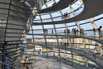 Innenansicht Menschen laufen durch die Reichtagskuppel in Berlin