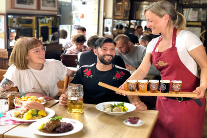 Ein Pärchen sitzt in dem Restaurant Berliner Republik und wird von einer Kellnerin bedient