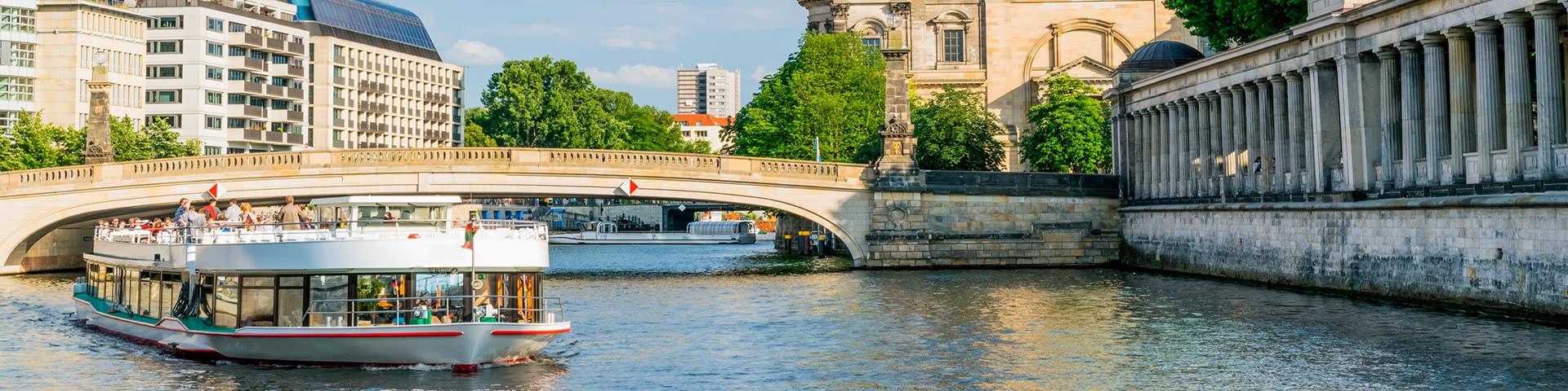 Schiff auf der Spree fährt am Berliner Dom vorbei