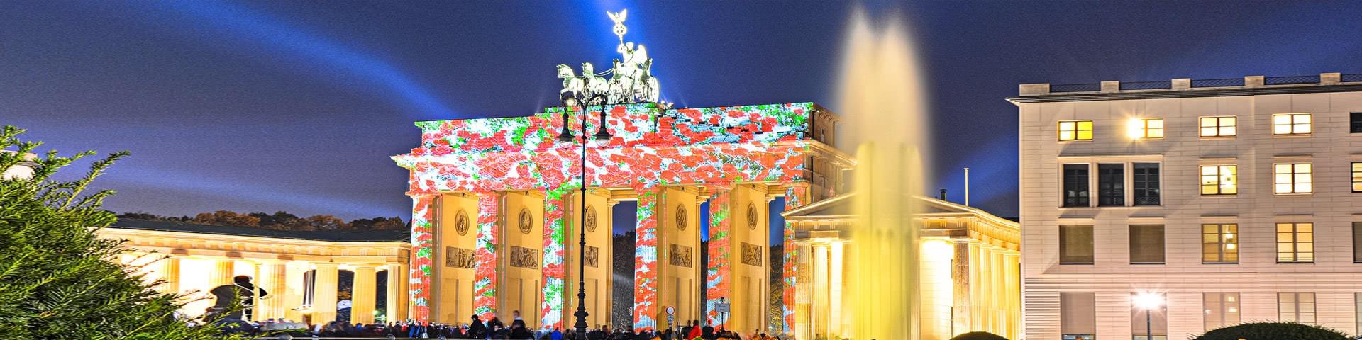 Kunstvoll beleuchtetes Brandenburger Tor in Berlin
