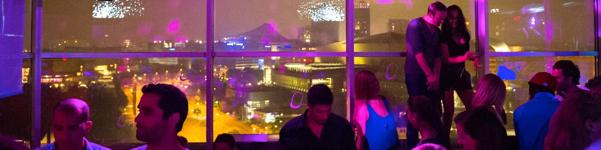 Feiernde Menschen im 40 Sec Club in Berlin