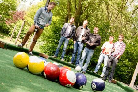 Eine Gruppe von 6 Männern spiel gemeinsam Poolball im Beverland
