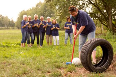 Gruppe spielt Bauerngolf im Beverland