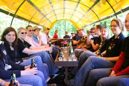 Eine Gruppe fährt Planwagen im Beverland