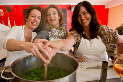 Drei Frauen kochen zusammen bei einem Kochevent im Beverland