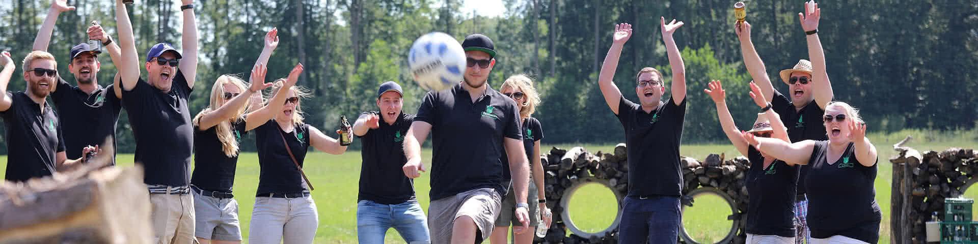 Gruppe spielt Fußballgolf im Beverland