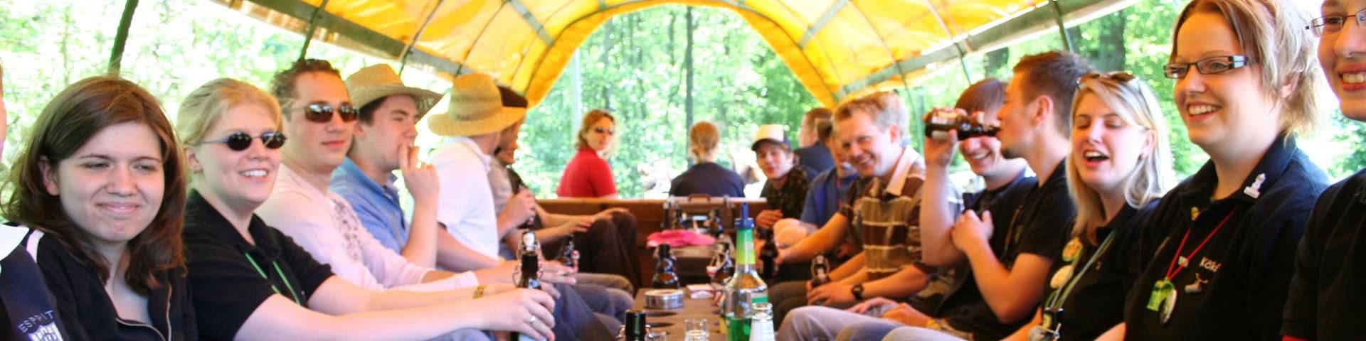 Gruppe macht Planwagenfahrt im Beverland