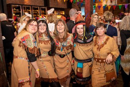 Eine Gruppe Indianer feiert Altweiber im Beverland