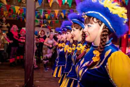 Auftritt von einer Gruppe Tanzmariechen auf der Altweiberparty im Beverland