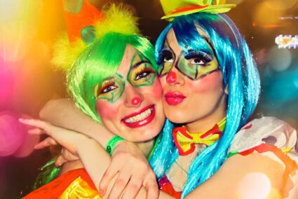 Zwei verkleidete Frauen haben Spaß an Karneval