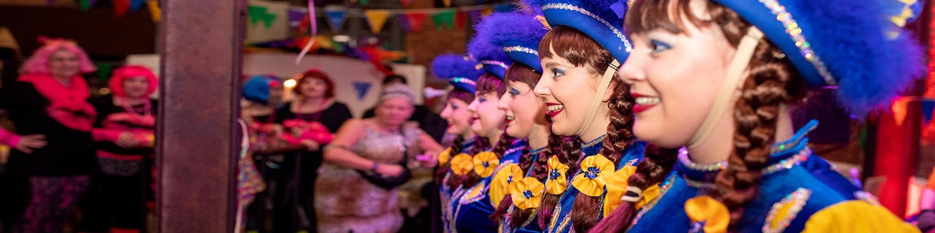 Auftritt von Tanzmariechen auf der Altweiberparty im Beverland