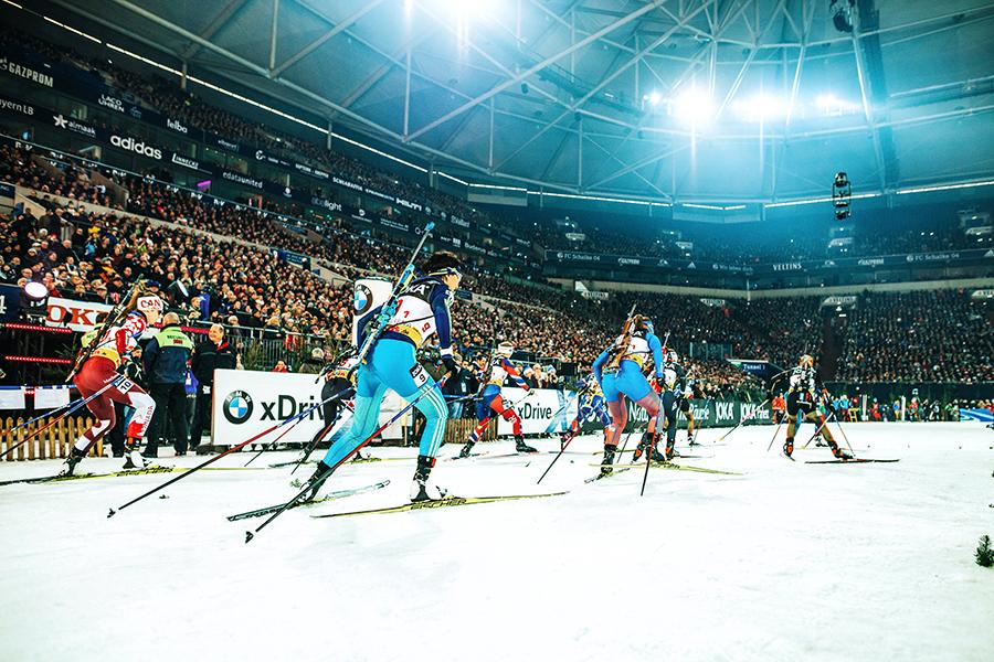Biathlonläufer in Action beim Biathlon auf Schalke