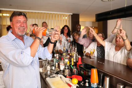 Barkeeprer mit Gästen an der Hotelbar in Bielefeld