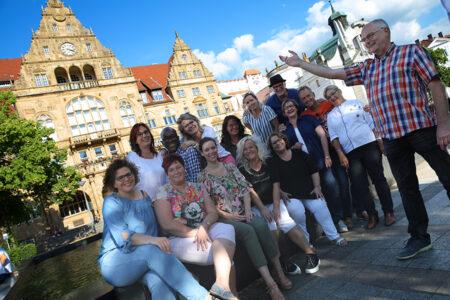 Gruppe macht Stadtführung in Bielefeld