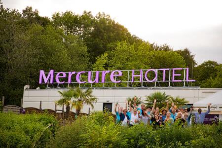 Ausßenansicht Mercure Hotel BIefeld Johannisberg mit einer feiernden Gruppe davor