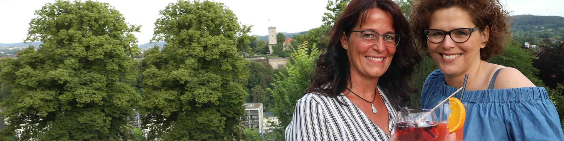 Zwei Frauen in Bielfeld im Hintergrund Sparrenburg