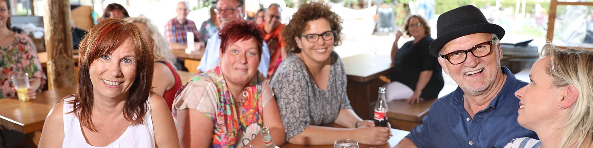 Gut gelaunte Gruppe im Seekrug-Biergarten in Bielefeld