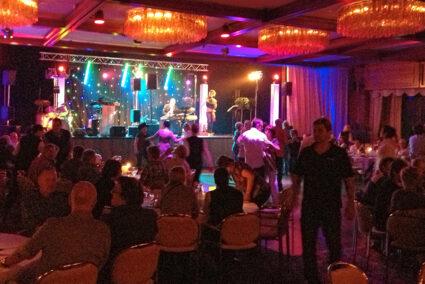 Partylocation mit Bühne und Tanzfläche am Blueberry Hill