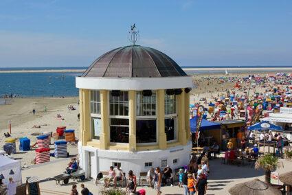 Buntes Treiben am Strand von Borkum