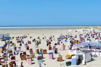Strand in Borkum mit vielen bunten Strandkörben