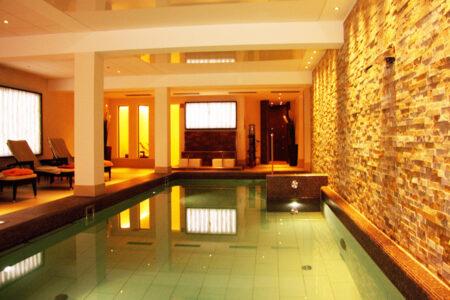 Wellnesbereich mit Pool und Sauna im Inselhotel Vier Jahreszeiten Borkum