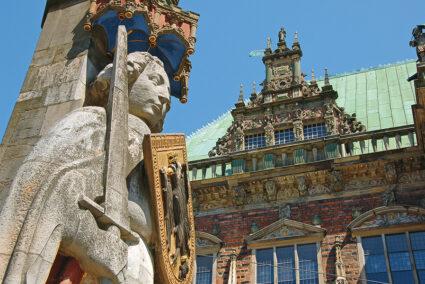 Bremer Roland mit dem Bremer Rathaus im Hintergrund