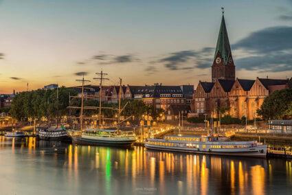 Das Becksschiff auf der Wesr in Bremen bei Dämmerung