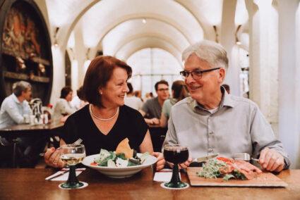 Ein Pärchen isst gemeinsam im Ratskeller in Bremen