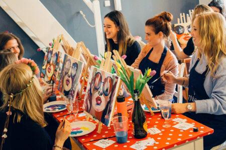 Sechs Frauen nehmen bei einer Artnight in Bremen teil und malen Bilder