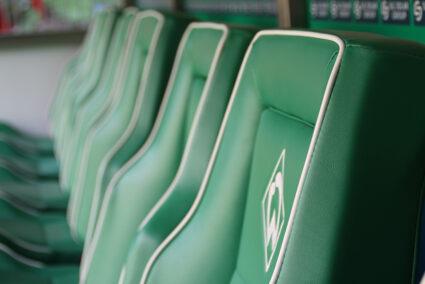 Ersatzbank im Weserstadion in Bremen