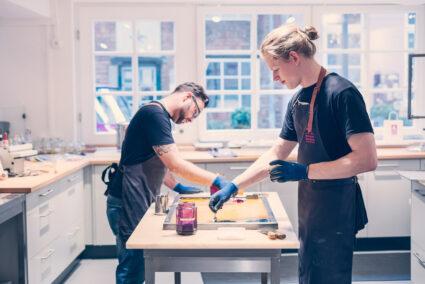 Zwei Männer machen eigene Bonbons in der Bonbon-Manufaktur in Bremen