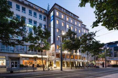 Außenansicht vom Best Western Hotel Bremen bei Abenddämmerung