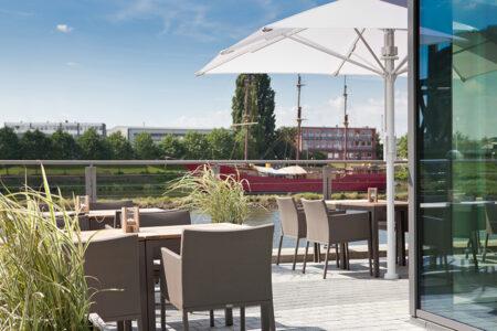 Terasse mit Blick auf die Weser im Steigenberger Hotel in Bremen