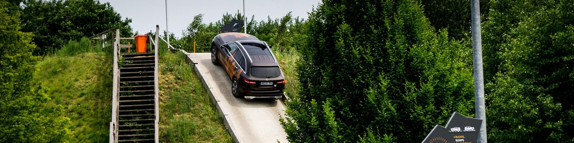 Mercedes Geländewagen fährt einen Steilhang hoch auf dem Offroad-Parcours in Bremen