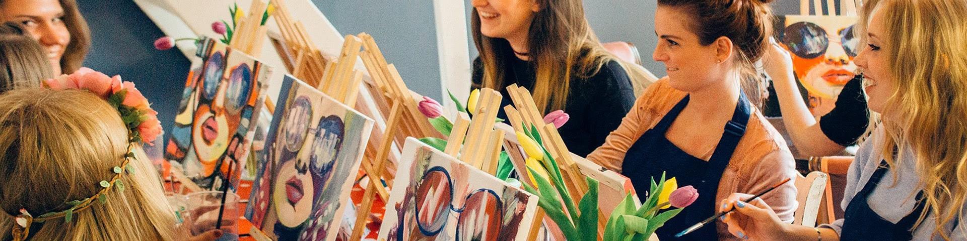 Frauengruppe malt Bilder bei einer Artnight in Bremen