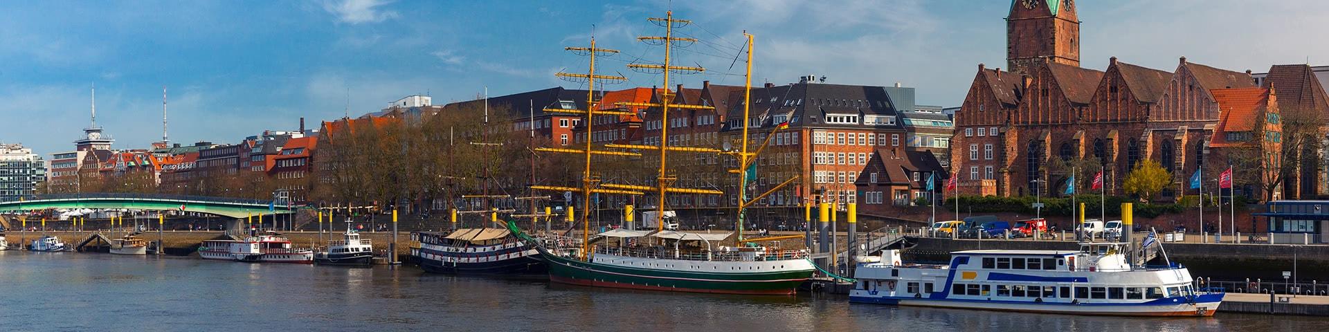 Schiffe auf der Weser in der Bremer Altstadt