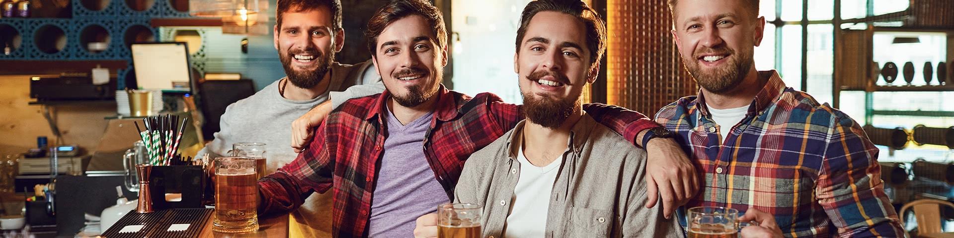 Männergruppe an einer Theke in einer Kneipe in Bremen die gemeinsam Bier trinken